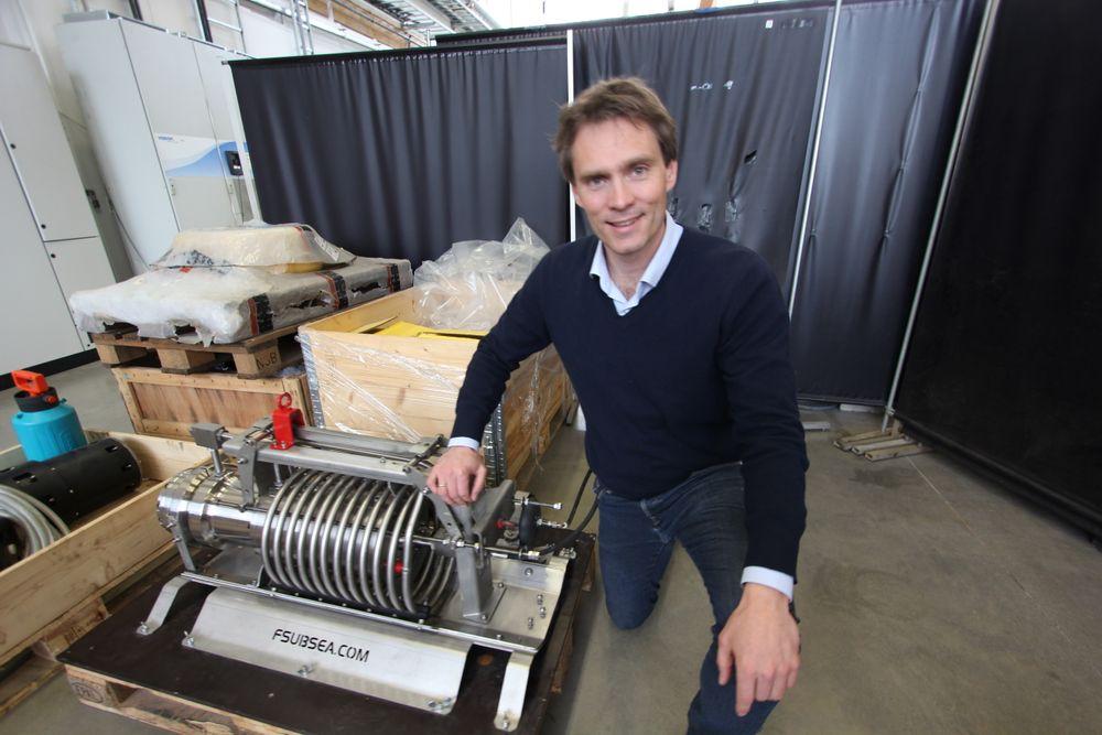 Første prototyp: Alexander Fuglesang med delen til den første prototyp for utvikling av den prisvinnende pumpeteknologien.