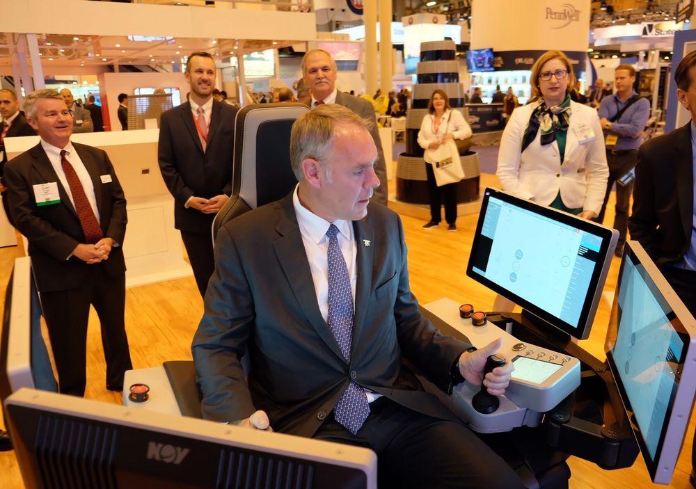 USAs innenriksminister, Ryan Zinke, får prøve seg i en fjernstyrt boresimulator på OTC. Også mange norske bedrifter er til stede under den store oljekonferansen i Houston.