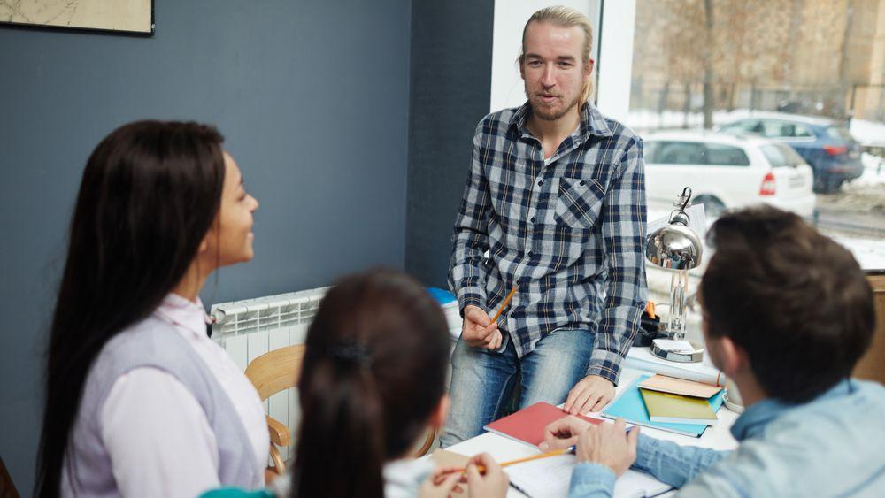 Taus eller underforstått kunnskap er noe man tilegner seg gjennom arbeidsoppgaver og ansvarsområder, og er ofte vanskelig å formulere.