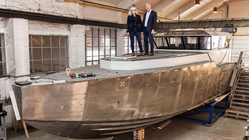 Prototypen P16 er drøyt 17 meter lang. Snart venter sjøsetting. Petra og Håkan Rosén håper Forsvaret vil bruke båten som patruljebåt.