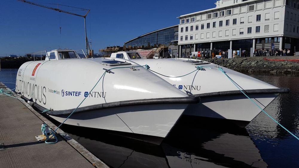 Kongsberg Seatex: De to førerløse båtene, som er ombygde fritt-fall-livbåter, har fått navnene «Ocean Space Drone 1» og «Ocean Space Drone 2». Malingen hadde knapt tørket da de ble vist fram i går.