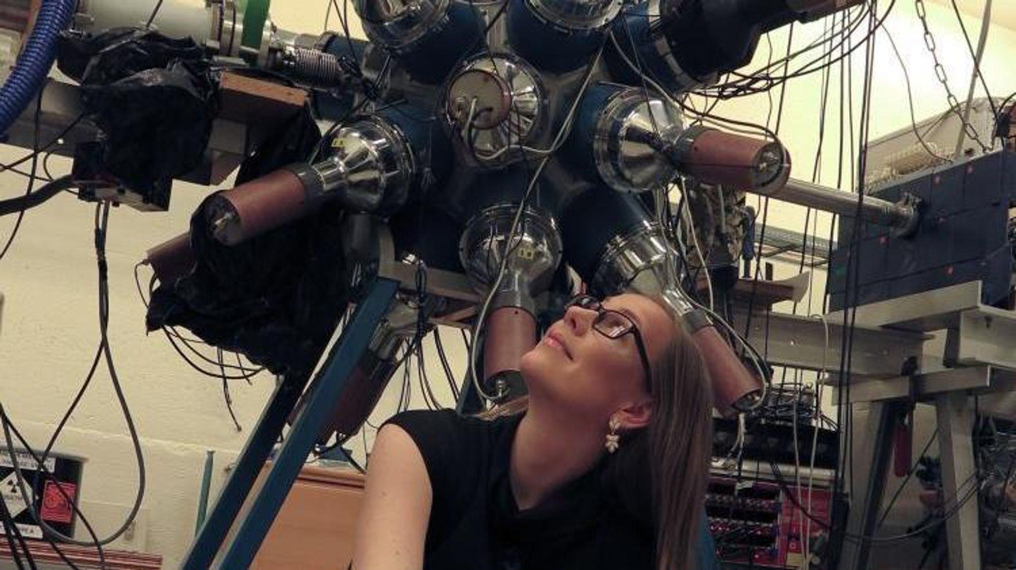 """Sunniva Rose har jobbet mye ved UiOs syklotronanlegg og detektoren med det treffende navnet CACTUS, som registrerer hva som skjer når forskerne """"kaster stein"""" på atomkjerner."""