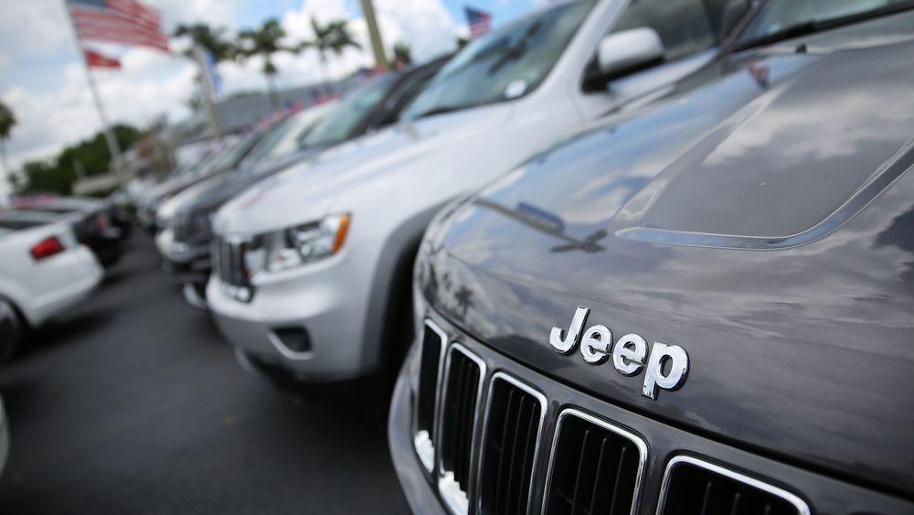 Fiat Chrysler måtte tilbakekalle 1,4 millioner biler etter at Charlie Miller og Chris Valasek hacket seg inn i en bil og tok kontroll over både bremser og styring.