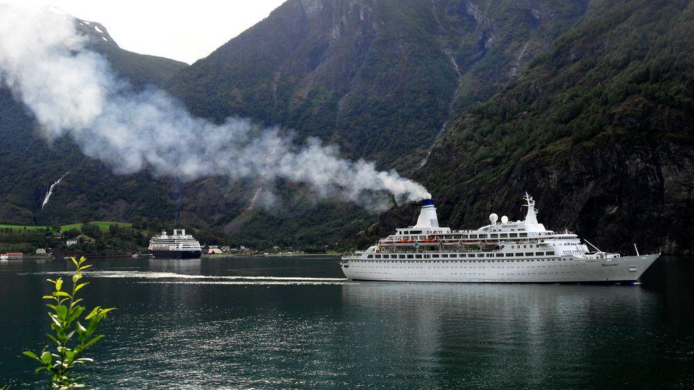 Ifølge Sjøfartsdirektoratet er de fleste skip som besøker norske fjorder bygget før 2000 og mangler moderne rensetknologi. Store mengder skipseksos forstyrrere både det visuelle inntrykket av vakre norske fjorder og fjell samt forurenser lufta unødig. Bildet er fra Flåm.