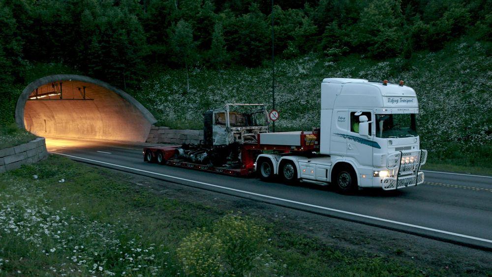 Alvorlig: Den mest dramatiske ulykken i Oslofjordtunnelen oppsto 23. juni 2011 da 34 mennesker ble reddet ut i siste liten etter at drivakselen røk på denne lastebilen som fraktet returpapir. Foto: Stian Lysberg Solum / SCANPIX