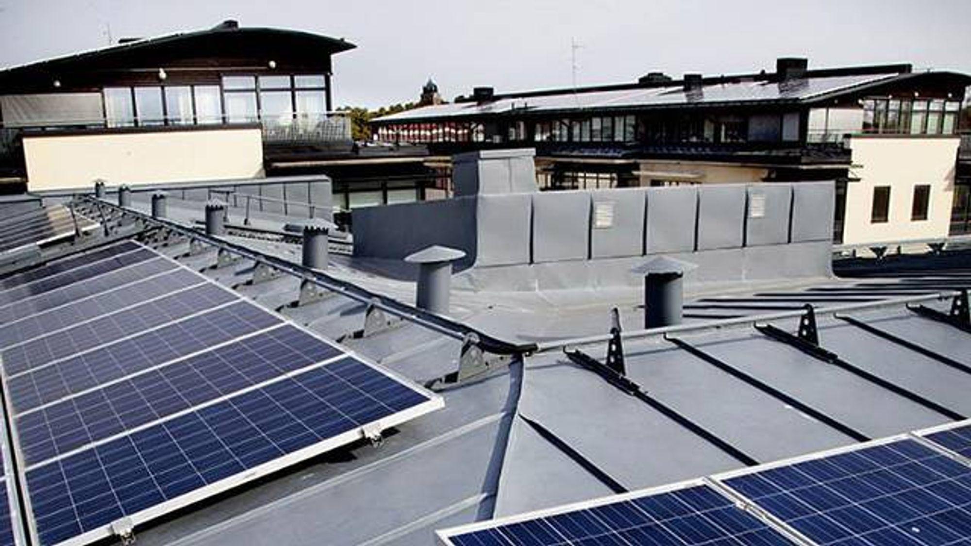 Solceller på taket av bygningene kobles mot et likestrømsnett mellom flere boliger, slik at overskuddsenergien kan utnyttes bedre.