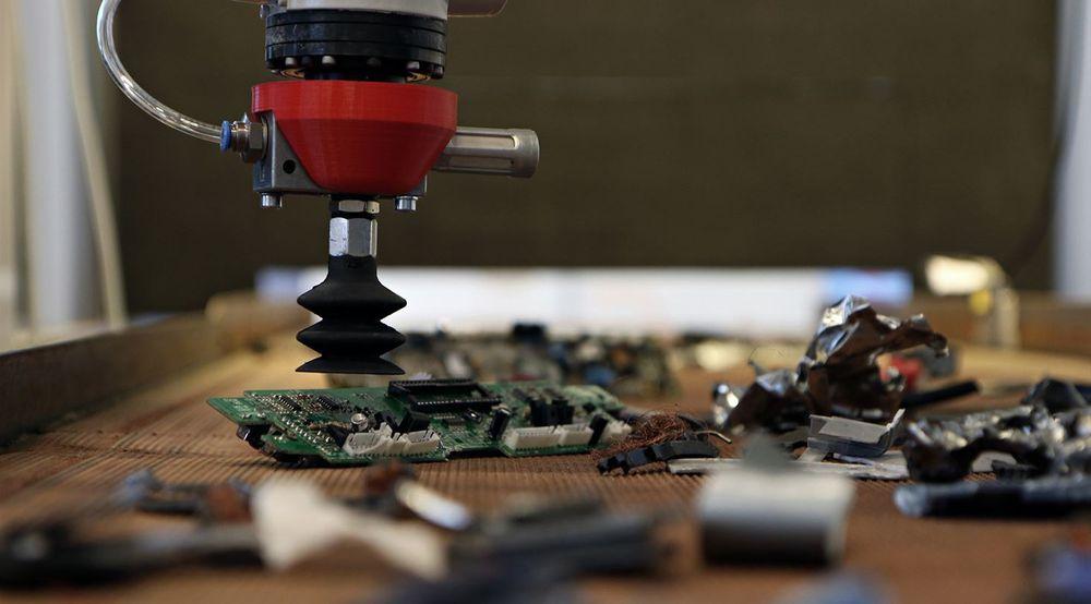 Et kamera, en datamaskin og en robotarm skal i framtiden kunne identifisere og fjerne elektronikk med batterier fra strømmen av elektronikkavfall fra gjenvinningsstedene.