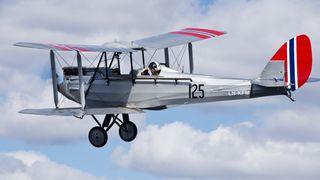 Norges eldste luftdyktige fly tar av fra verdens eldste flybase