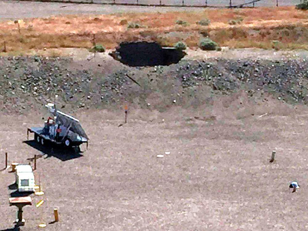 Her er det seks meter store hullet etter at  en tunnel fylt med radioaktivt materiale kollapset i Seattle i USA.