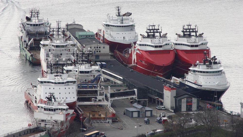 En vanlig situasjon i Bergen: Mange offshoreskip til kai. Alle bruker dieseldrevne generatorer til strømproduksjon. De bidrar til 35 % av de helseskadelige NOx-utslippene fra havna. Ett landstrømpunkt for ett skip er nå satt opp til venstre på Skoltekaien.