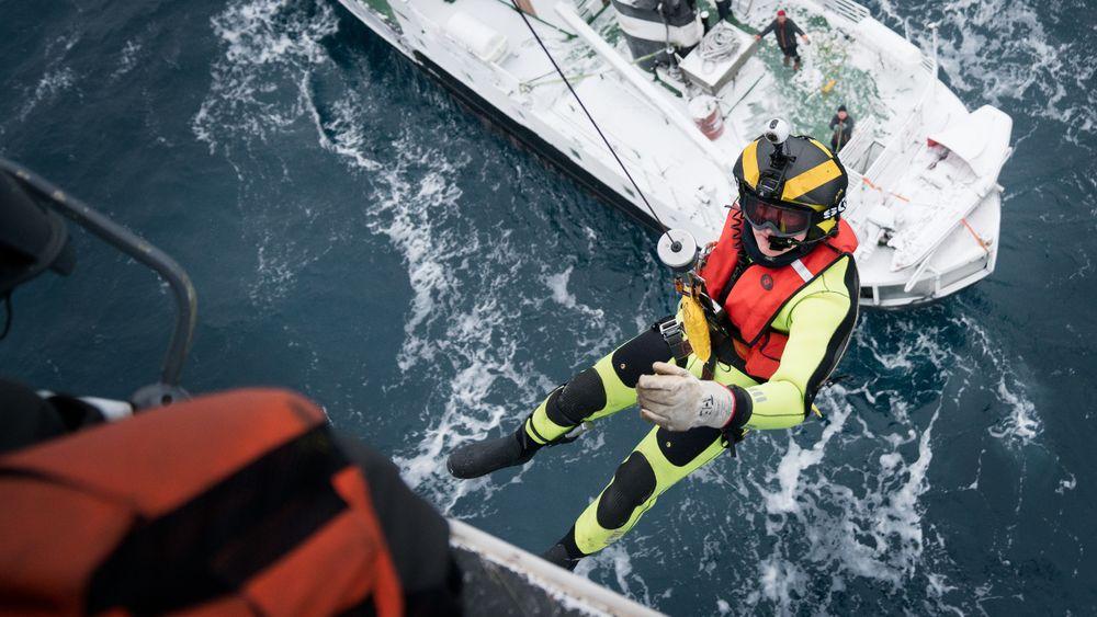 Sysselmannens redningshelikopter trener på MS Langøysund, et av skipene som nå omfattes av nye forskrifter.