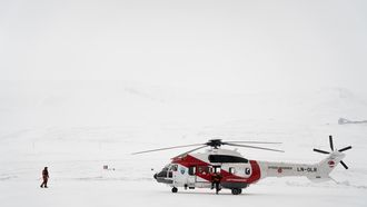 Lufttransport flyr to AS332L1 Super Puma redningshelikoptre for Sysselmannen på Svalbard.