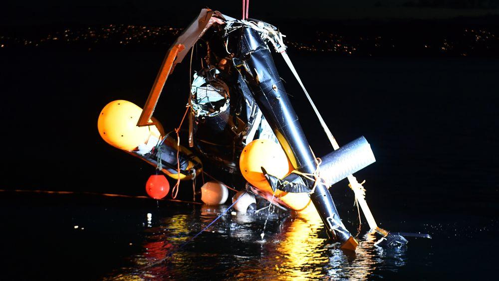 Tre personer ble hentet opp av sjøen etter helikopterstyrt i Sandviken i Bergen. Én var alvorlig skadd.