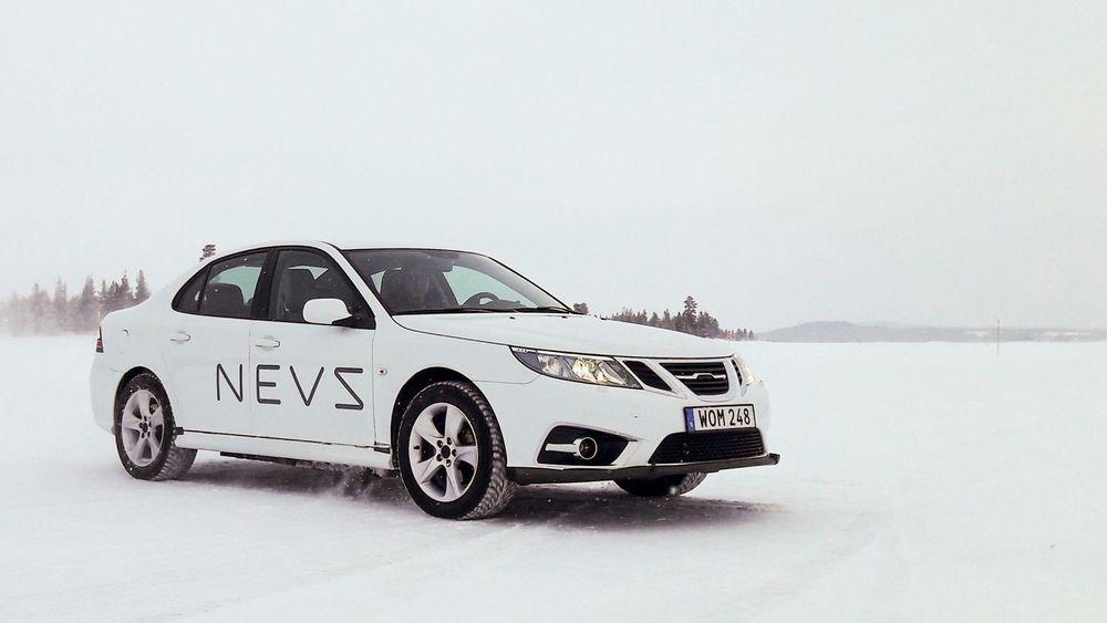 Dette er en av Nevs-prototypene på vintertesting i april. Utvendig er det lite som skiller den fra en Saab 9-3 etter faceliften i 2008, bortsett fra at Saab-bokstavene er fjernet fra flyvingen i grillen.