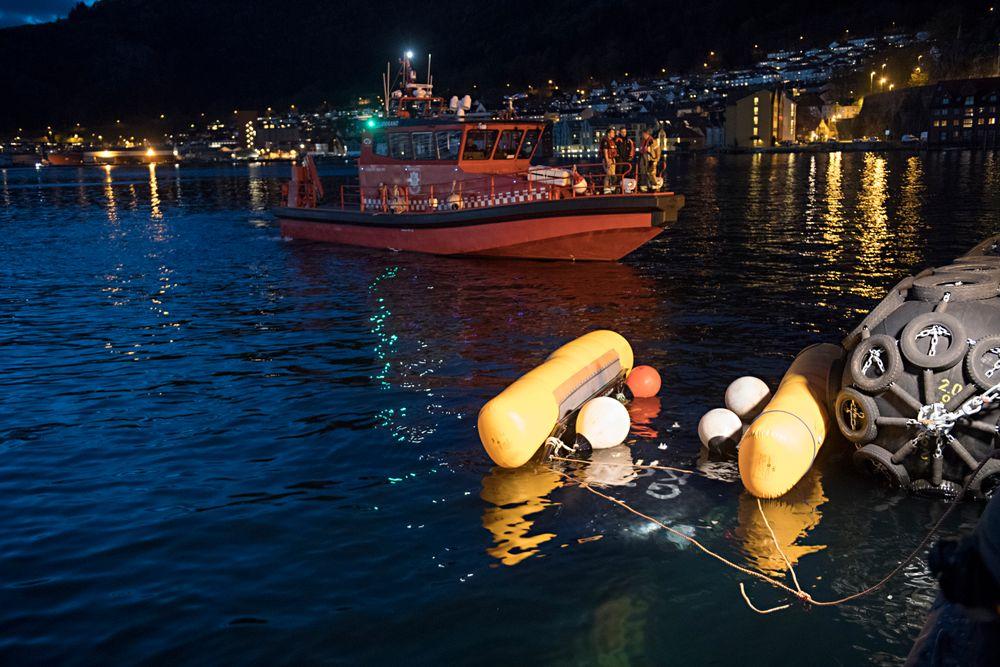 Årsaken til helikopterstyrten i fjorden utenfor Bergen kan ha vært en løs presenning på yachten helikopteret skulle lande på.