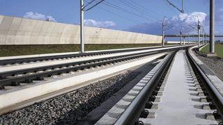 Nå skal det legges asfalt under togskinnene