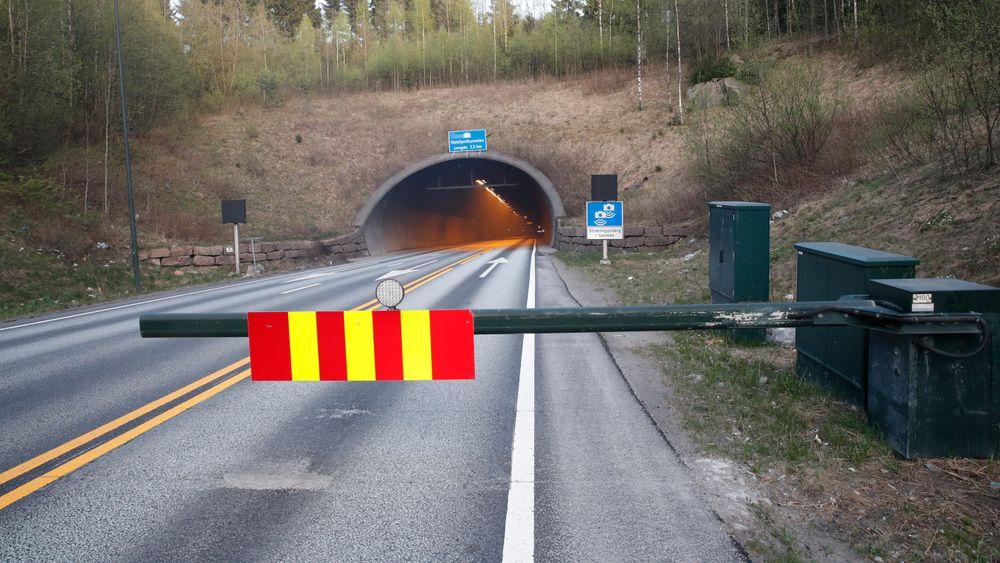 To personer er evakuert ut av Oslofjordtunnelen etter at en lastebil med papir begynte å brenne ca. to kilometer inn i tunnelen fra Drøbaksiden. Nå vurderer Vegdirektoratet forbud mot tungtransport i tunnelen på visse tidspunkt av døgnet