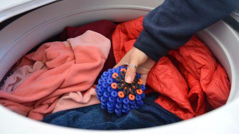 En fleecejakke kan slippe fra seg 250.000 partikler per vask. Denne ballen fanger dem