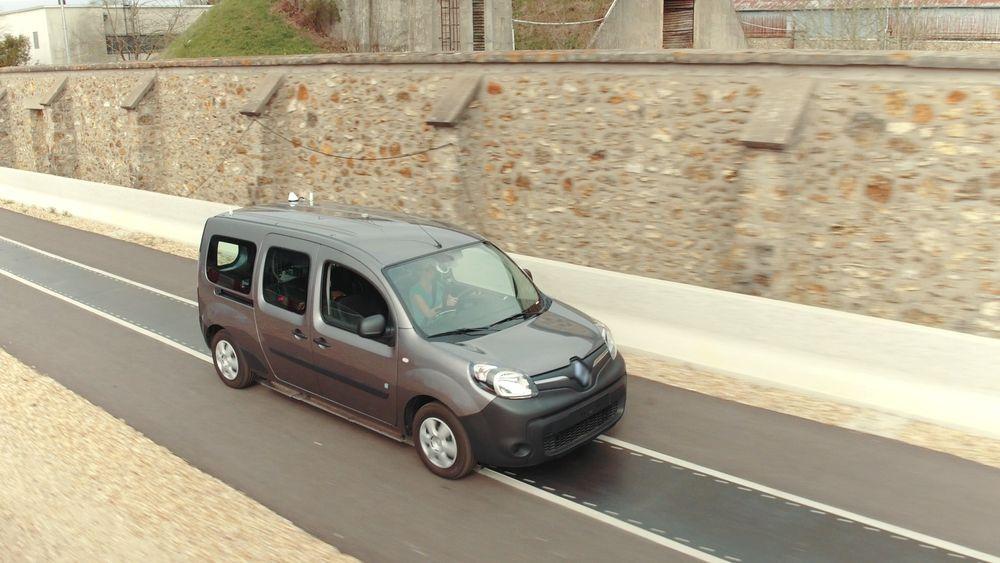 Denne elbilen lades mens den kjører, takket være ladespoler i veibanen.