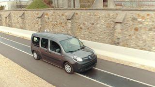 Trådløs lading i veibanen skal gi elbiler strøm i 100 kilometer i timen
