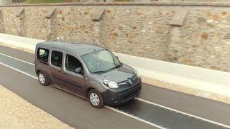 Denne elbilen lades mens den kjører, takket være ladespoler i veibanen. Fra fransk testprosjekt.