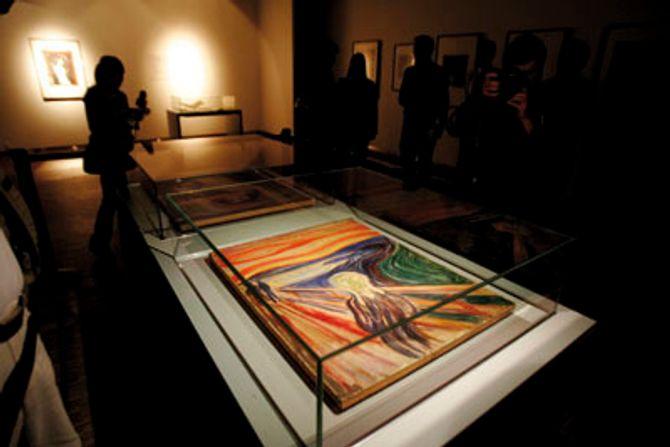 """OSLO 20060926:Edvard Munchs mesterverk """" Skrik""""  (bildet) og  """"Madonna"""" , som ble stjålet fra Munch-museet  for to år siden og gjenfunnet 31.august, ble vist for pressen, dagen før de i en kort periode frem til 1. oktober  vil bli stilt ut for publikum . På grunn av skadene bildene er påført , presenteres de liggende i spesialkonstruerte, klimatiserte glassmontere."""