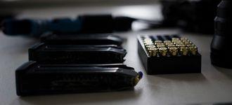 Hva slags våpen og hvor mange skudd skal til for å løse oppdraget?