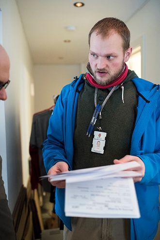 Bjarne Ellingsen i utetjenesten til Stevnekontoret hjelper en mann med å få oversikten over flere forelegg fra flere politidistrikter hjemme hos mannen, sør-øst i Oslo.