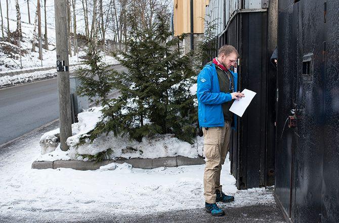 Hos Hells Angels på Alnabru i Oslo ber Ellingsen om å få snakke med en person som kommer utenbys fra. Gjennom porten blir forelegget forkynt.