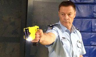 Politiet i New Zealand viser fram Taseren.