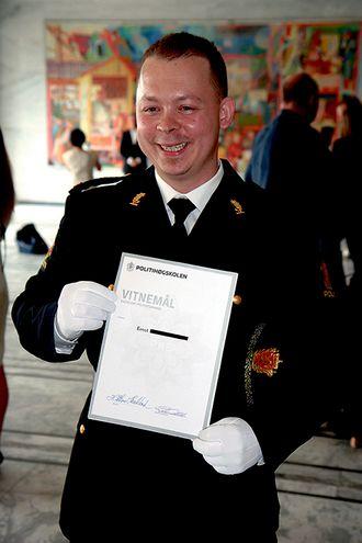 Ernst mottar vitnemålet og er ferdig utdannet politimann.