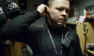 Ernst gjør seg klar til jobb. Han har vokst inn i uniformen og utstyret som passer han perfekt.