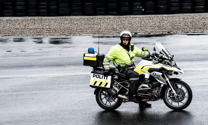 Trafikkorpset trener på Rudskogen for å være klare for sesongen. Her er en betjent på BMW R1200 GS.
