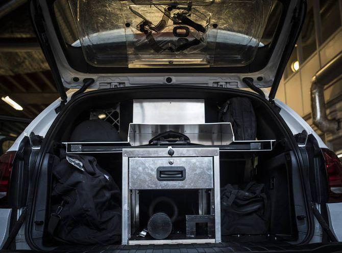 Nøkkelordet er standardisering. Her er den 35 kilo-tunge aluminiumsinnredningen med designerte plasser for utstyr. I bagasjeluken ser man hvor skjoldet skal henge.
