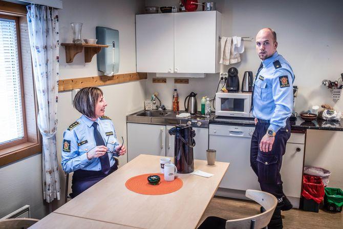 Lensmann i Porsanger Britt Solveig Olaussen og betjent Tor Ivar Myrland tar seg tid til en sjelden kaffepause. De er begge opptatt av at innbyggerne skal få det de fortjener.
