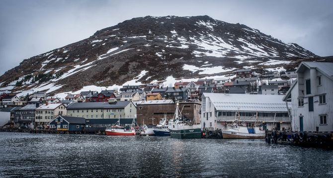2436 innbyggere vinterstid i Honningsvåg. Tidvis mangedoblet når cruiseskipene legger til. Byen er attraktiv. For turister.