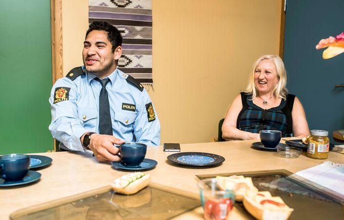 Lensmannsbetjent Jon og konsulent Laila trives godt med små forhold på lensmannskontoret i Askvoll.