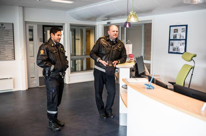 Veien er kort mellom lokalpolitikere og politi i små kommuner som Askvoll. Her har de to politimennene tuslet innom rådhuset.