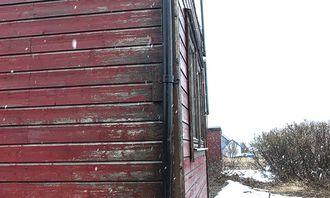 UTVENDIG VEDLIKEHOLD: Nedløpet mangler én del, veggen er vasstrukken og råten synlig.