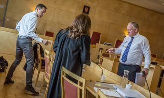 Statsadvokat Jo Christian Jordet (t.v.) og forsvarer Sigurd Klomsæt i rettsalen under hovedforhandlingene.