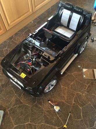 Her er bilen strippet ned. 50-60 dioder er loddet for å få lys på plass.