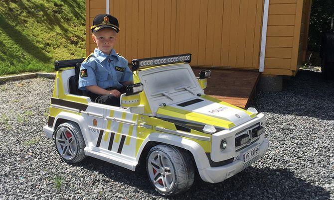 Mathias (4) på plass i ny bil. Nå venter patruljering i hagen.