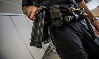 Ved å stramme hylsteret for mye vil man ikke kunne dra våpenet på en hensiktsmessig måte.