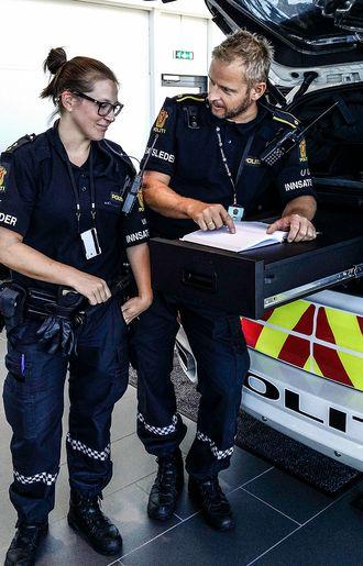 Smarte løsninger: Linn Ingeborg Fjermeros og Tom Einar Gausdal tester ut «feltbordet» - én av mange nye funksjoner i innsatslederbilen.