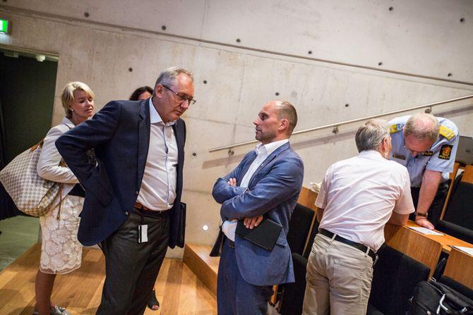 UENIGE: Politidirektør Odd Reidar Humlegård og tidl. politimester Torbjørn Aas er uenige om hva som skjedde etter Aas ble innkalt til 22.juli-høringen. Her snakker de sammen før boklanseringen i går.