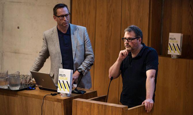 Redaktørene professor Stig O. Johannessen og førsteamanuensis Rune Glomseth under lanseringen av «Politiledelse».