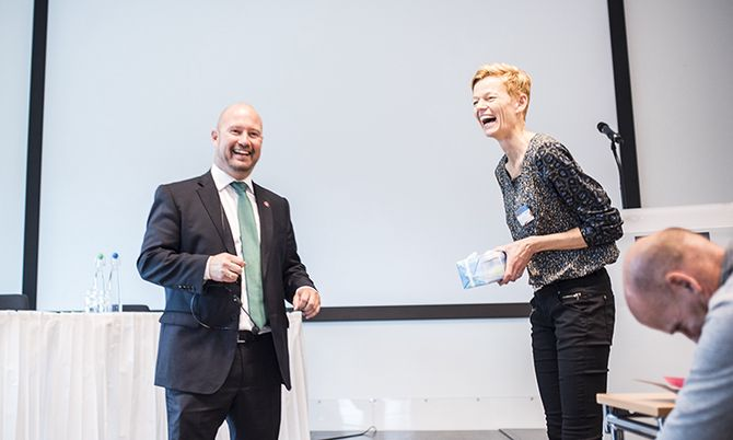 Anders Anundsen og Lill Heidi Tinholt, leder i Politiets Fellesforbund Politilederne, var i godt humør. Men bakteppet for lederkongressen er alvorlig: Ledelse av politiet framover kan bli utfordrende.