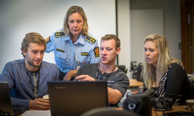 Jørgen Jernæs, Daniel Halkes og Sandra Hvål viser fram sporene de har dokumentert til Politioverbetjent Ellen Hamremoen