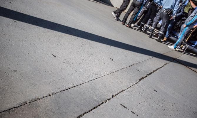 Én av de syv syrerne som ble stoppet på grensen greide først ikke å vise de riktige dokumentene for innreise til Norge. Språkproblemer og misforståelser gjør fører til at det ofte tar litt tid før alle de rette dokumentene kommer på bordet.