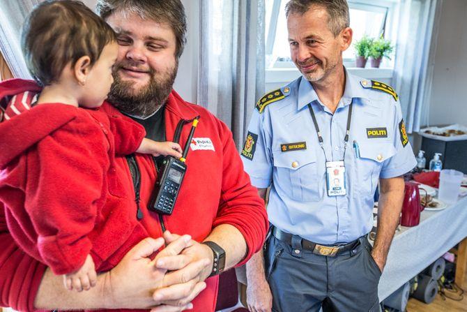 Petter Due fra Røde Kors har koordingeringsansvaret på Røde Kors-huset. Til høyre står Tom Erik Guttulsrød.
